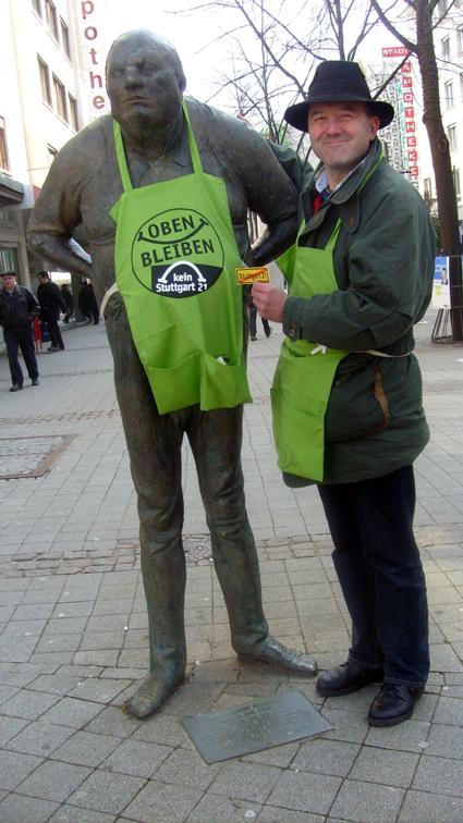 Bild: Auch der Pforzheimer Dicke (mit Schürze) durfte gegen S 21 demonstrieren, rechts im Bild: Klaus Wolf (WiP)