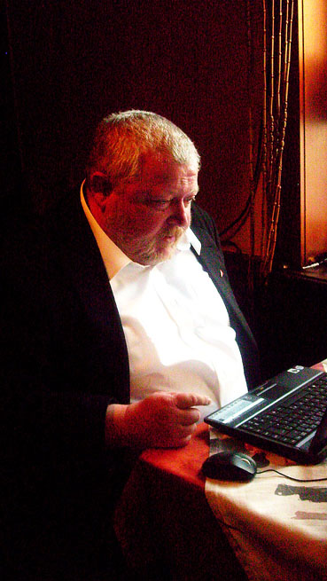 Bild: Wird es reichen? Claus Spohn befragt seinen Laptop...