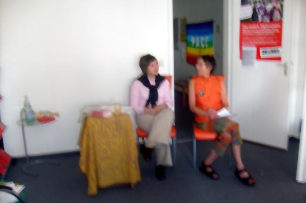 Bild: v.l.: Marta Holomkova und Annette Groth (MDB der Linken)