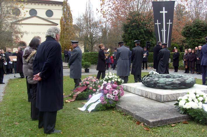Bild: Kranzniederlegung am Ehrenmal auf dem  Pforzheimer Friedhof