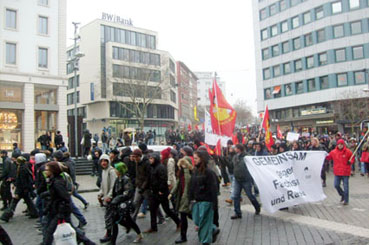 Bild: Die Demo in ihrem Lauf hält weder Stock noch Helm auf:
