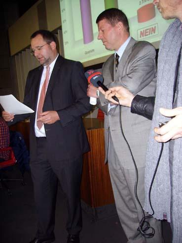 Bild: OB Gert Hager (li. neben BM Roger Heidt)  verkündet das Wahlergebnis