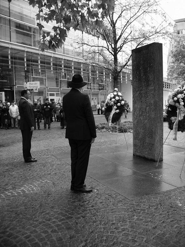 Bild: OB Gert Hager (rechts) vor dem Gedenkstein an der ehemaligen Synagoge (mit einem Vertreter der jüd. Gemeinde)