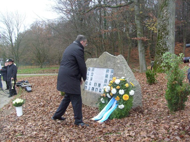 Bild: OB Gert Hager gedenkt der Toten französischen Widerstandskämpfer