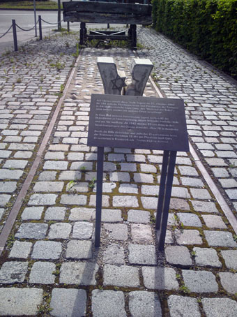 Bild: Denkmal am Hauptgüterbahnhof  Pforzheim - Fahrt in das Vernichtungslager Gurs