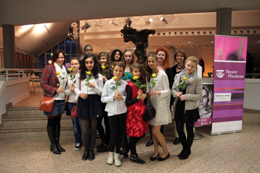 Bild: Zonta Mädchengruppe beim Theaterbesuch