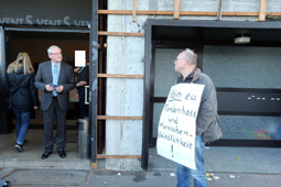 Bild: Bürgerprotest gegen AfD_Veranstaltung in Pforzheim 2015 (li.:Dr. Bernd Grimmer, AfD, MdL)