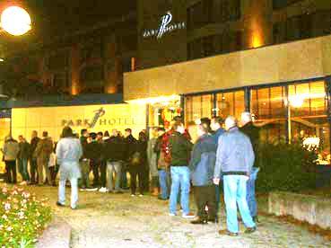 Bild: Anhänger der AfD - Schlangestehen in Pforzheim für Petry & Co...