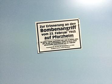 Bild: Ärgernis: FHD Päpper auf öffentlichem Eigentum verklebt (Neue Stadtfotos in der Bahnhofunterführung)