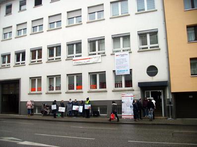 """Bild: Die Abtreibungsgegner mit Plakaten """"Ich will leben"""", daneben informieren pro familia Mitarbeiter über ihre Arbeit"""
