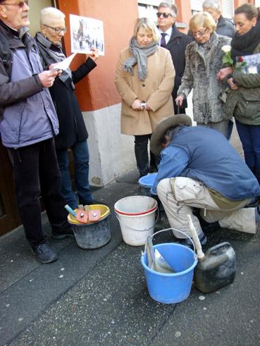 Bild: Gunter Demnig setzt einen Stolperstein für Karl Schroth an der Bleichstrasse 37 , links im Bild Gerhard Brändle