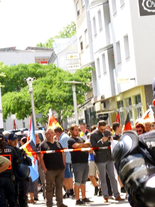 Bild: Teillnehmer der AfD-Kundgebung in Frontstellung zur  Gegendemo des Bruchsaler Bündnisses gegen Rassismus