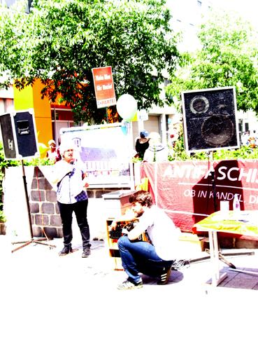 Bild: Ruth Birkle am Mikrofon bei der Anti-AfD-Kundgebung in Bruchsal