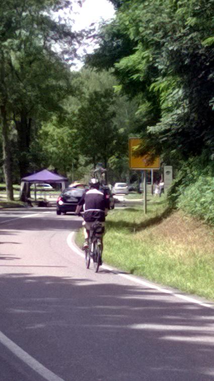 Bild: Foto unten: Ein Radler fährt hinter einem Auto , dass gerade kurz zuvor aus dem Würmtalgaststätte in die gesperrte Strecke eingefahren war..