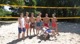 Bild: Ein neues Netz für die Beachvolleyballer begeistert..