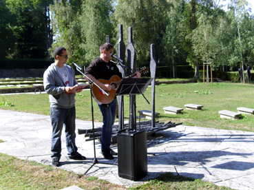 Bild: v.l. Rapper MIckey und an der Gitarre Milan Kopriva ...