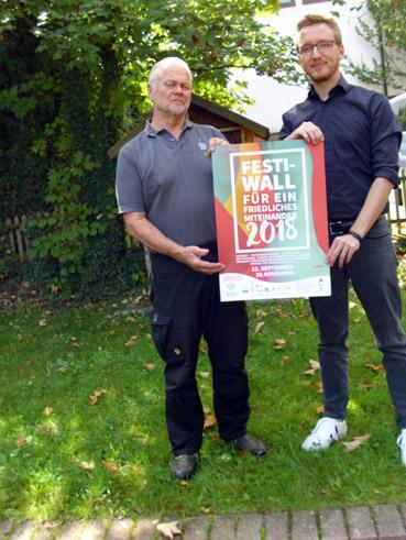 Bild: v.l.: Hubertus Welt, Christian Schmidt, die Festi-Wall-Vertreter mit dem Veranstaltungsplakat