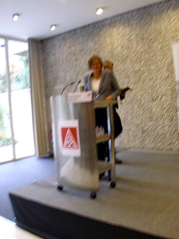 Bild: Christiane Benner am Mikrofon..