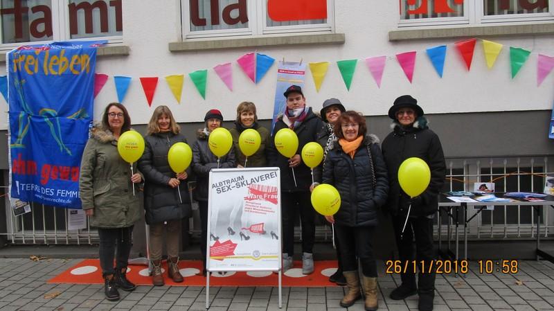 Bild: Das Aktionsbündnis vor der Geschäftsstelle von Pro Familia Pforzheim (Foto: privat)