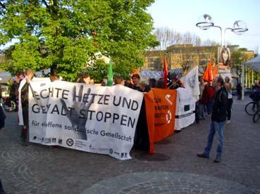 Bild: Demonstranten ziehen zum Abschlu0 durch die Stadt zum Bahnhof