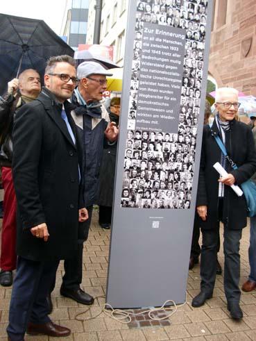 Bild: Die interaktive Stele an der Pforzheimer Bahnhofstrasse beim Bezirksamtturm, v.l. OB Peter Boch; Gerhard Brändle, Brigitte Brändle