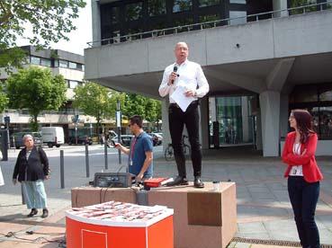 Bild: Foto: Uwe Hück (mit Mikrofon), Ann-Kathrin Wulff, SPD-Spitzenkandidatin (v.l.)