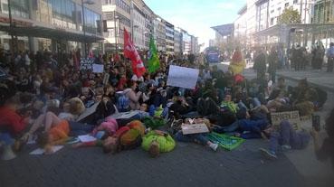 Bild: Sitz-und Liegestreik am Pforzheimer Leopoldplatz während der Demo am 20.09. 2019