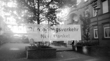 Bild: Protest gegen den Durchgangsverkehr mit Banner