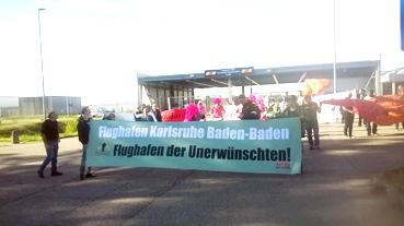 Bild: Demonstrationszug im Baden-Airpark zum Terminal..