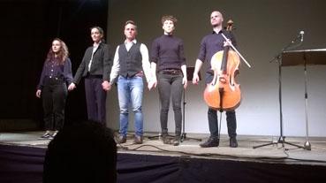 Bild: Das Ensemble der NSU-Monologe beim Schlußapplaus (Foto: RN)