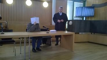 Bild: v.l.: Der verurteilte Angeklagte (verdeckt)  mit seinem Verteidiger vor der Verhandlung