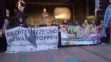 Bild: Kundgebung auf der Bühne beim Neuen Rathaus in Pforzheim..