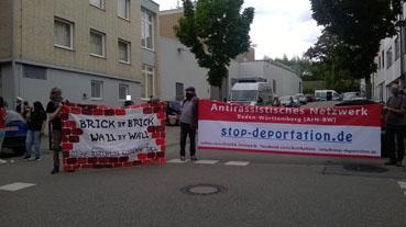 Bild: Demonstranten vor dem EIngang zum Abschiebegefängnis in Pforzheim