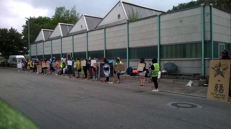 Bild: Aktivisten demonstrieren vor der Firmenzentrale von Fleisch Müller in Birkenfeld