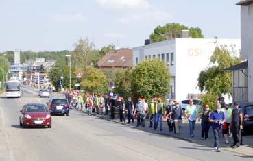 Bild: Menschenkette gegen Stellenabbau (Foto: © IG Metall Pforzheim)