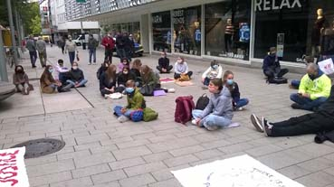 Bild: Aktivisten von Friday for Future beim Sitzstreik in der Fussgängerzone von Pforzheim (Foto: © R. Neff)