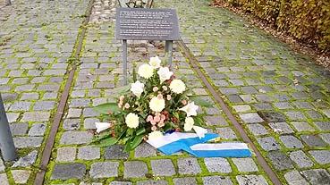 Bild: Stilles Gedenken Corona bedingt am Prellbock  (Foto: © R. Neff)