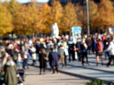 Bild: Demonstranten auf dem Schloßplatz in Karlsruhe (Foto: © R. Neff)