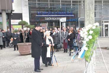 Bild: Früherer Gedenkfeier am Platz der Synagoge noch mit EX-OB Gert Hager (FOTO: © R. Neff)