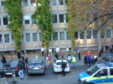 Bild: Eine kleine Ansammlung von Coronagegnern vor dem Technischen Rathaus
