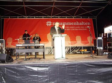 Bild: Dr. Hans-Ulrich Rülke (FDP) auf der Bühne beim Rathausplatz (Foto: ©  R. Neff)