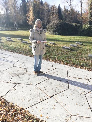 Bild: Janka Kluge hielt die Rede auf dem Pforzheimer Hauptfriedhof 2020 ( Foto. © VVN)