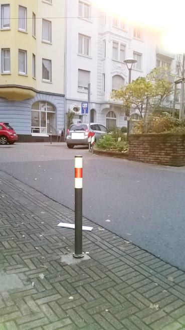 """Bild: Zankapfel Poller in der Ebersteinstrasse: Ein notwendiges """"Übel.."""""""