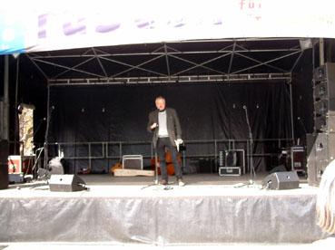 Bild: Tobias Pflüger, MdB die Linke, auf der Bühne bei seiner Rede ... (Foto: ron)