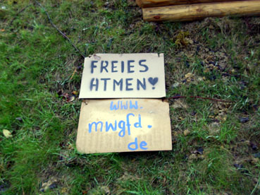 Bild: Freies Atmen fordern Gegner der Coronamassnahmen auf inzwischen abgerissenen Plakaten..(Foto: ron)