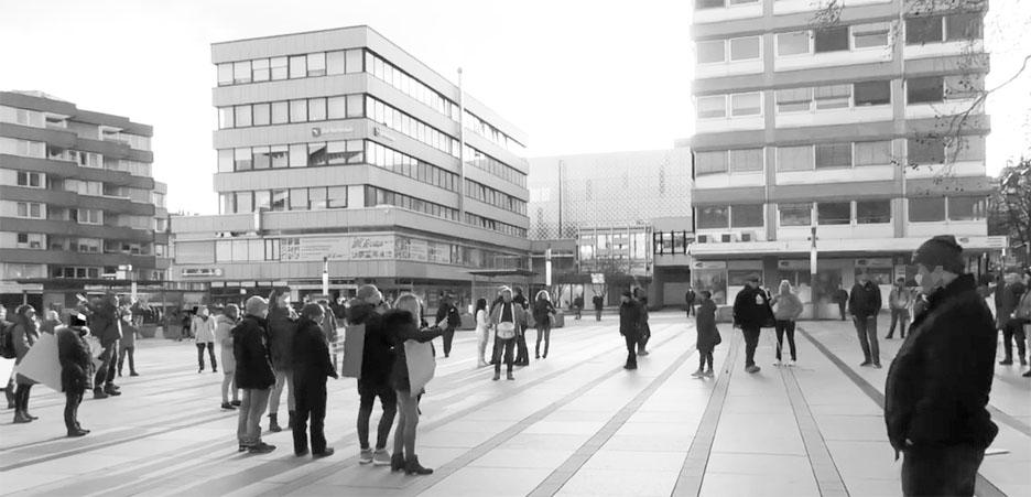 Bild: Querdenker auf dem Marktplatz in Pforzheim  ohne Mund-Nasenschutz ...