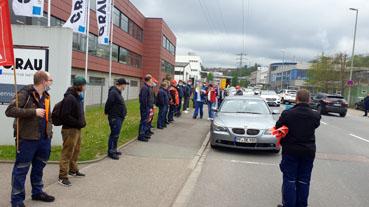 Bild: Menschenkette vor Fa. G. Rau  (FOTO: IGM)