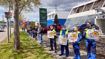 Bild: Beschäftigte des Kfz-Handwerks beim Warnstreik in Pforzheim