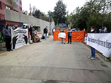 Bild: Aktivisten stehen gegenüber dem Pforzheimer Abschiebegefängnis in der Oststadt