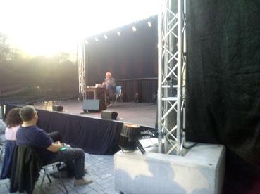 Bild: Konstantin Wecker auf der Aussenbühne beim Open-Air-Auftakt  in Remchingen (Foto: ron)